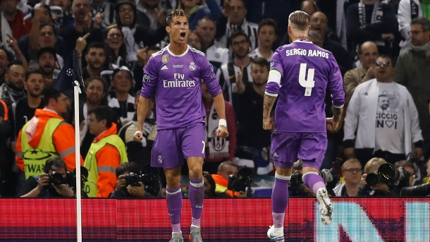 Cristiano Ronaldo feiert mit Sergio Ramos. (Quelle: Carl Recine Livepic/Reuters)