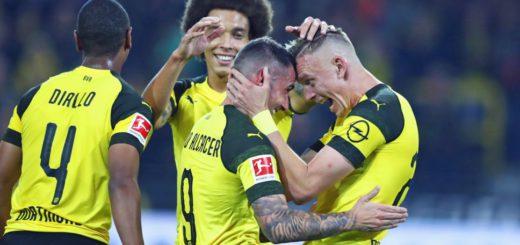 Paco Alcacer wird von seinen Teamkollegen beglückwünscht, nachdem er bei seinem Debüt bei Borussia Dortmund sofort einen Treffer erzielt hat. ©
