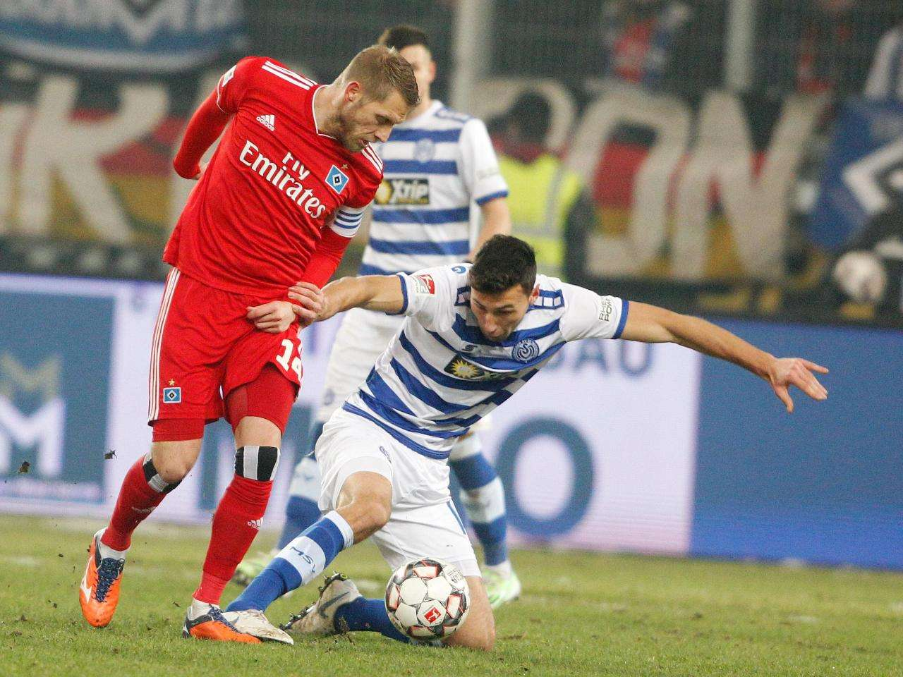 © Foto: Roland Weihrauch Schenken sich nichts: Duisburgs Lukas Fröde (r) und HSV-Torschütze Aaron Hunt.